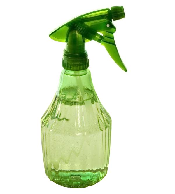 Vinegar in spray bottle by Shutterstock.